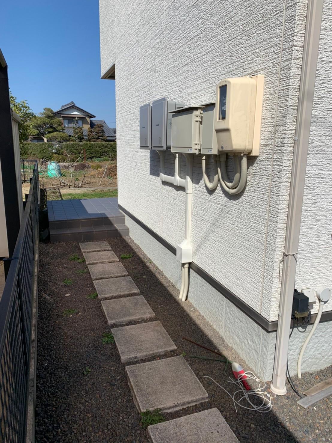 岐阜県多治見市の電力事業株式会社エネファントの太陽光パネル付きカーポート無料設置外壁設置方式イメージ